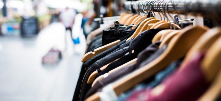 Czy warto kupować używaną odzież w lumpeksie?